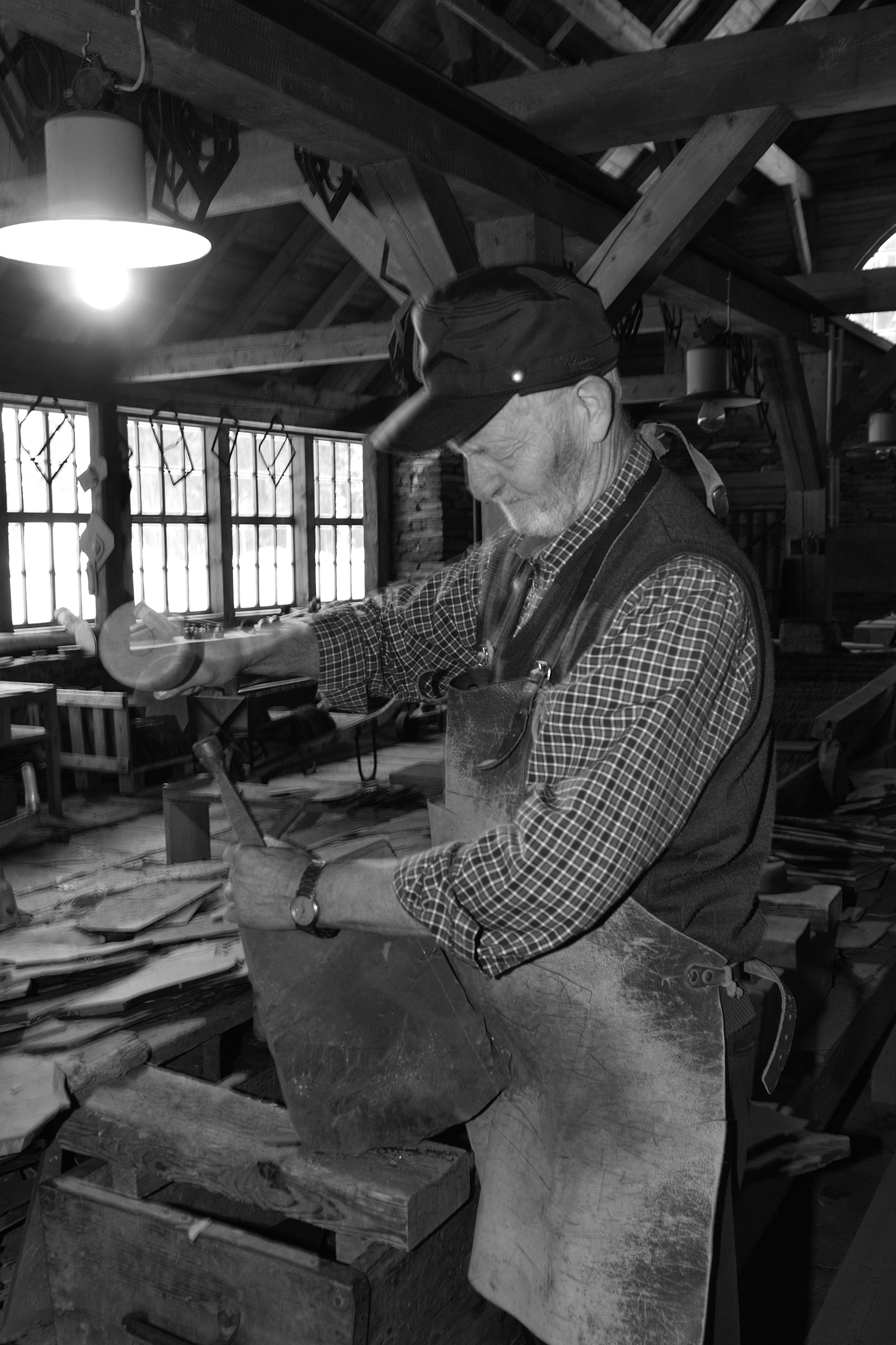 Der gelernte Bergmann Werner Liebeskind demonstriert die Spaltbarkeit des Schiefers.