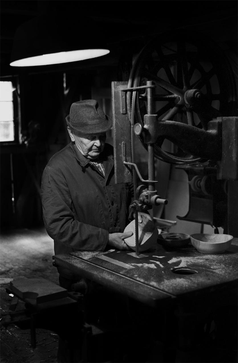 Günther Escher prüft einen Rohling.