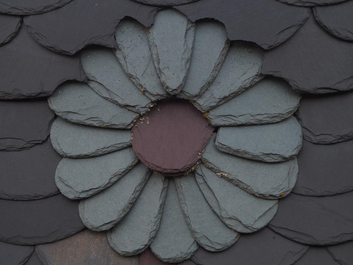 Ornamentdeckung aus Schiefer